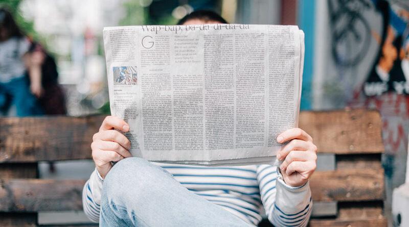 Man met krant in de hand.