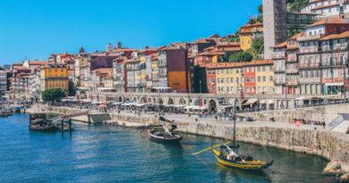 Porto, stad in Portugal. Porto brengt ook de Portugese wijn op de wereldkaart met zijn versterkte wijnen.